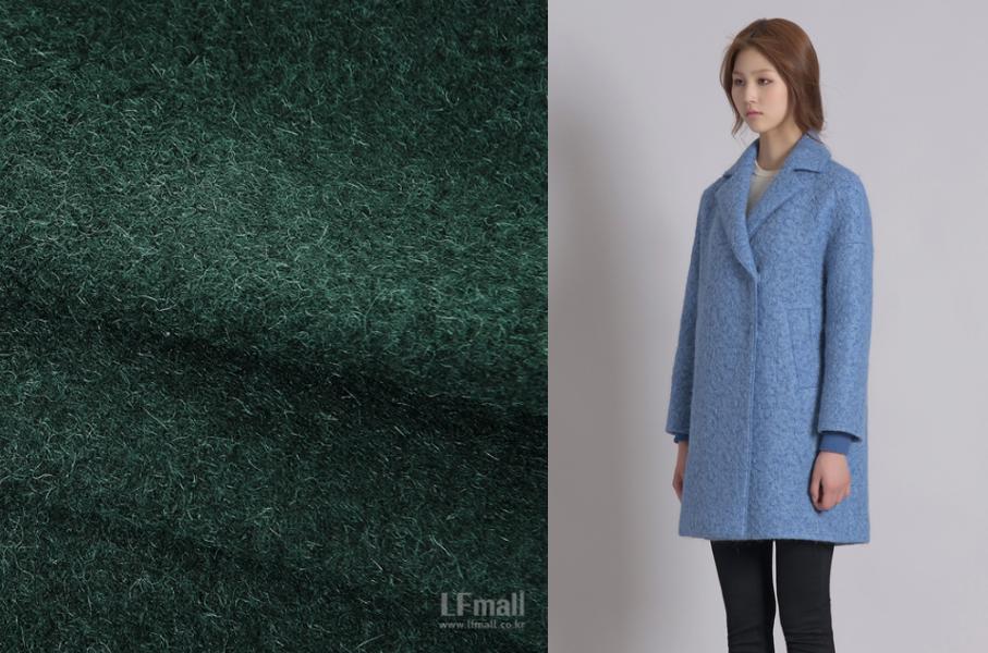 알파카 소재의 코트를 입은 모델과 초록색 알파카 원단 사진