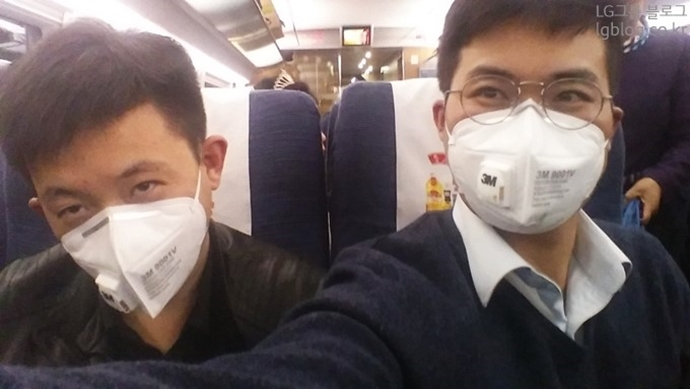 선양으로 가는 기차 안에서도 미세먼지 전용 마스크를 착용했다.