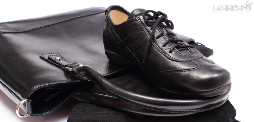 인조가죽으로 만들어진 검정색 남성용 신발과 가방