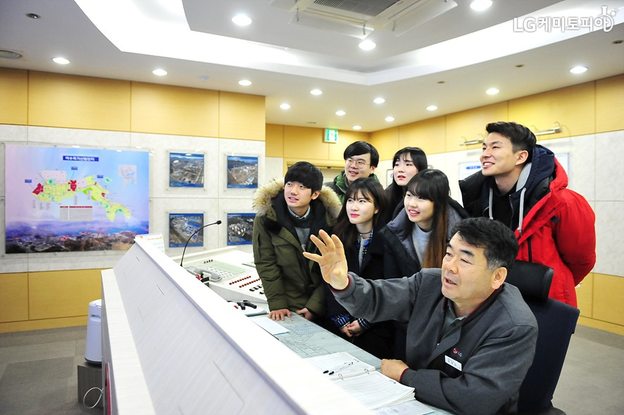 LG화학 여수공장 컨트롤룸을 견학 중인 대학생 에디터들