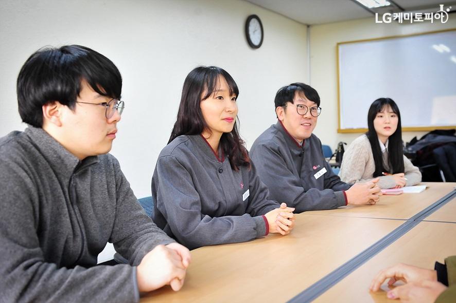 LG화학 여수공장 엔지니어 선배와의 대화 중인 대학생 에디터들