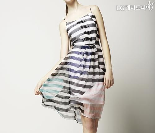 흰색과 검정 스트라이프 무늬의 민소매 원피스를 입은 여자의 정면