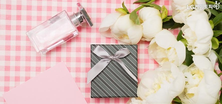 꽃과 향수, 그리고 포장된 선물