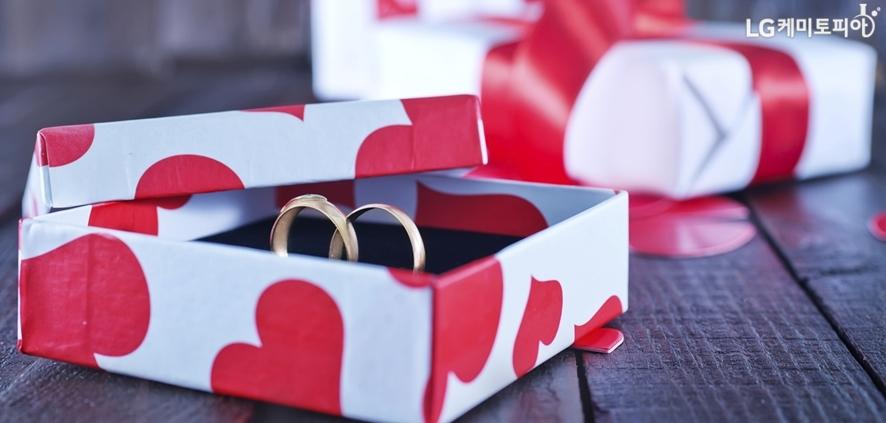 빨간 하트모양이 프린트된 박스 안에 커플링이 들어있다.