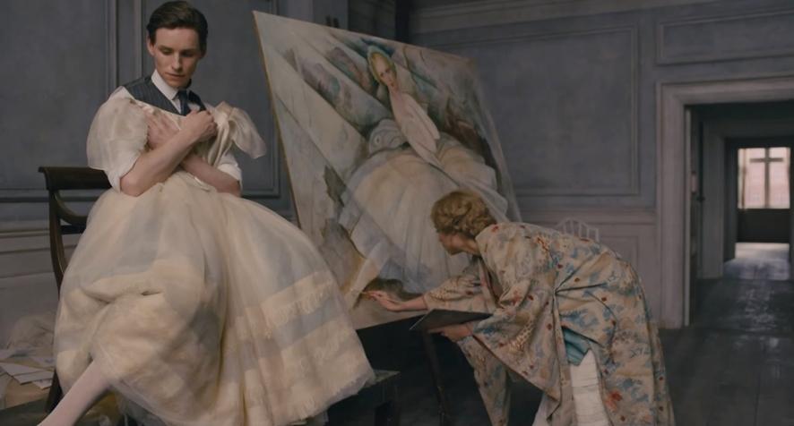 영화 '대니쉬 걸' 속 한 장면, 릴리가 여자의 드레스를 걸치고 아내의 그림 모델이 되고 있다ⓒ네이버 영화