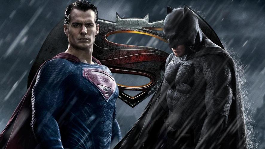 둘을 상징하는 심볼마크와 슈퍼맨 배트맨 ⓒWarner Bros.