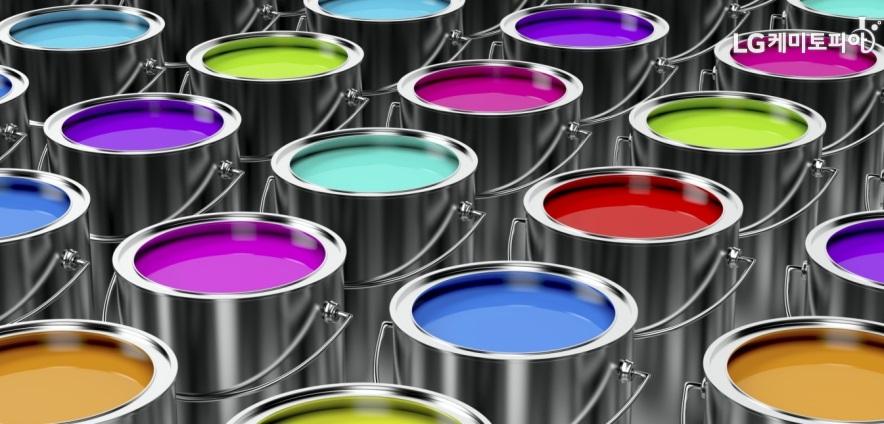 철제 통에 가득 들어있는 여러 색깔의 페인트