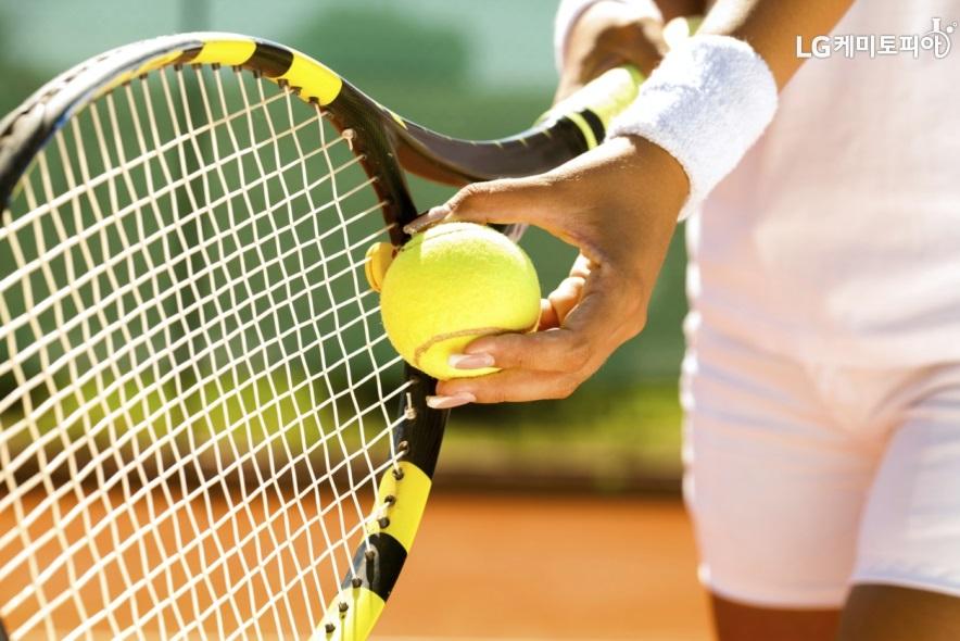 테니스 라켓과 테니스 공