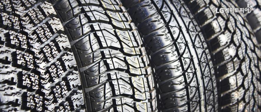 여러 무늬의 타이어 표면