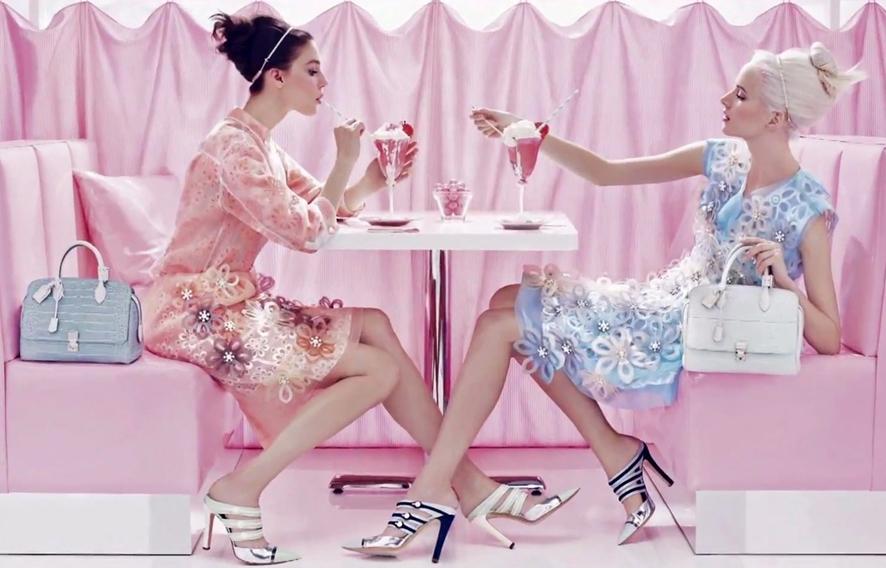 로즈쿼츠와 세레니티 색상의 의상과 소품을 각각 들고 마주 보고 앉은 여자 모델의 모습