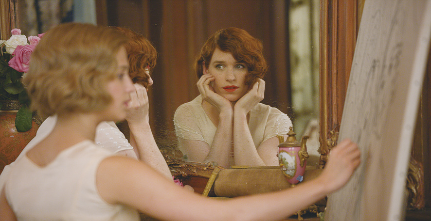 여장을 하고 거울 속 자신을 보는 릴리, 영화 '대니쉬 걸' 속 한 장면ⓒ네이버 영화