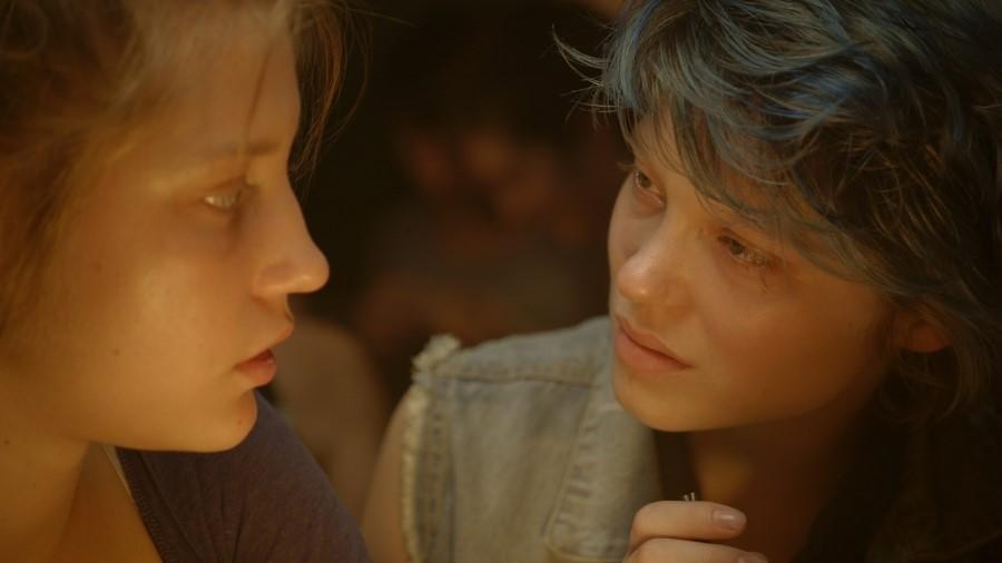 서로를 마주 보는 두 여주인공, 영화 '가장 따뜻한 색, 블루' 속 한 장면ⓒ네이버 영화