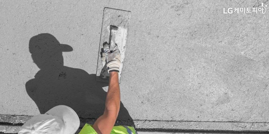 도로면에 시멘트를 바르는 사람의 모습
