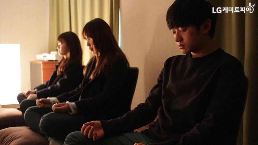 LG트윈타워 명상실에서 명상을 체험하는 대학생 에디터들