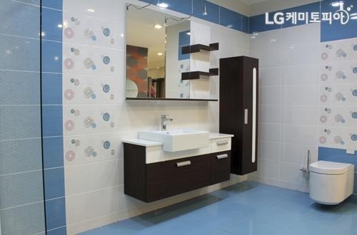 흰색과 파란색 타일로 인테리어된 욕실 겸 화장실 전경