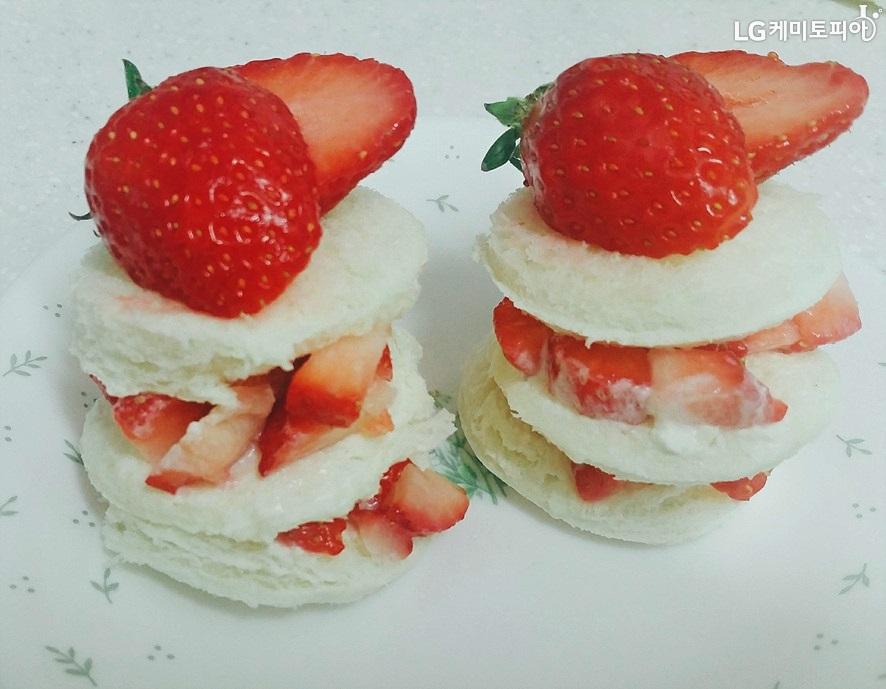 딸기가 차곡차곡 쌓인 딸기쇼트케이크