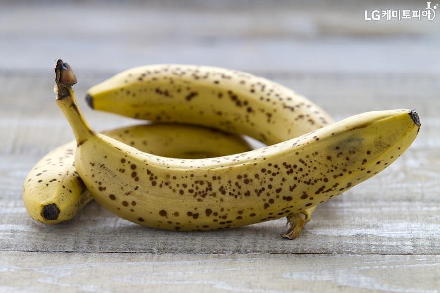표면에 점점이 갈변이 시작된 바나나