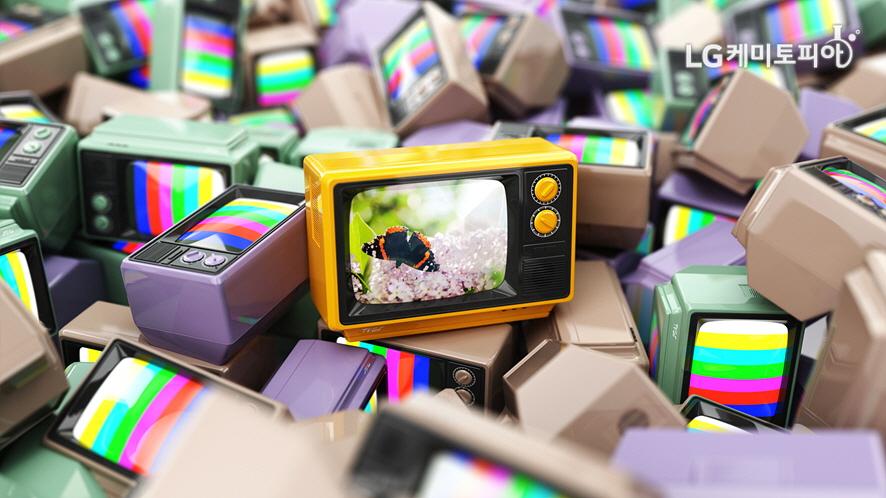 작은 컬러 텔레비전 모형들이 모여있다.