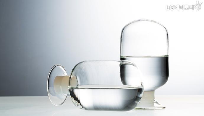 노말부탄올 원료인 알코올이 투명한 유리병에 담겨있다.