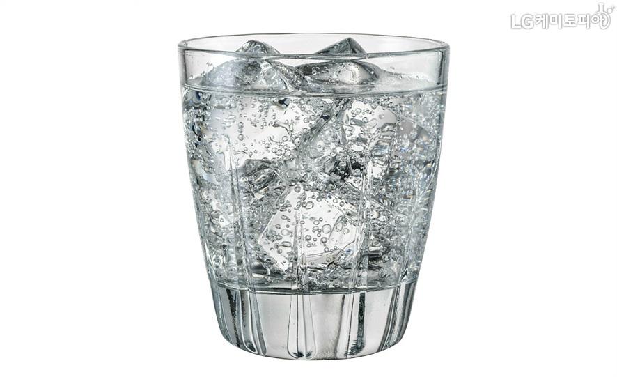 얼음이 담긴 컵에 기포가 가득한 탄산수