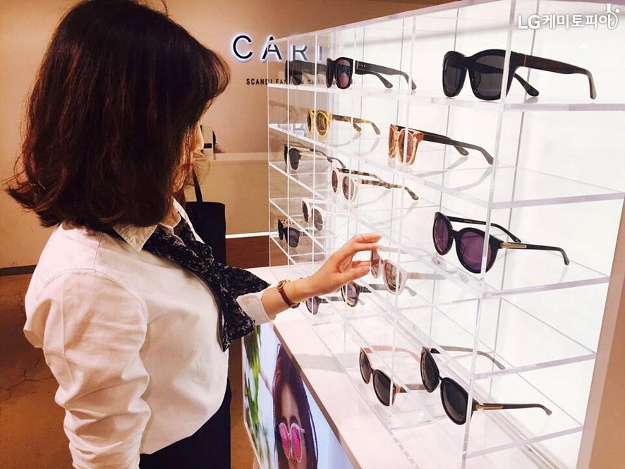 매장에서 선글라스를 고르는 여자의 모습