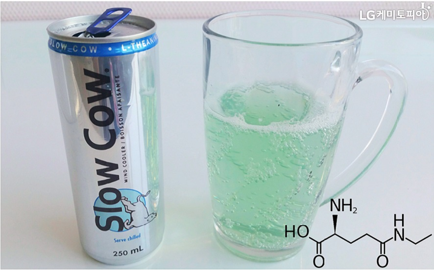 slow cow 음료 캔이 왼쪽에 있고, 내용물이 오른쪽 투명컵에 담겨있다.