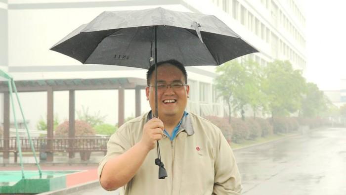 난징 공장에서 만난 '우산을 든 남자'의 모습. 그는 직원 편의시설과 관련된 일을 하고 있다.