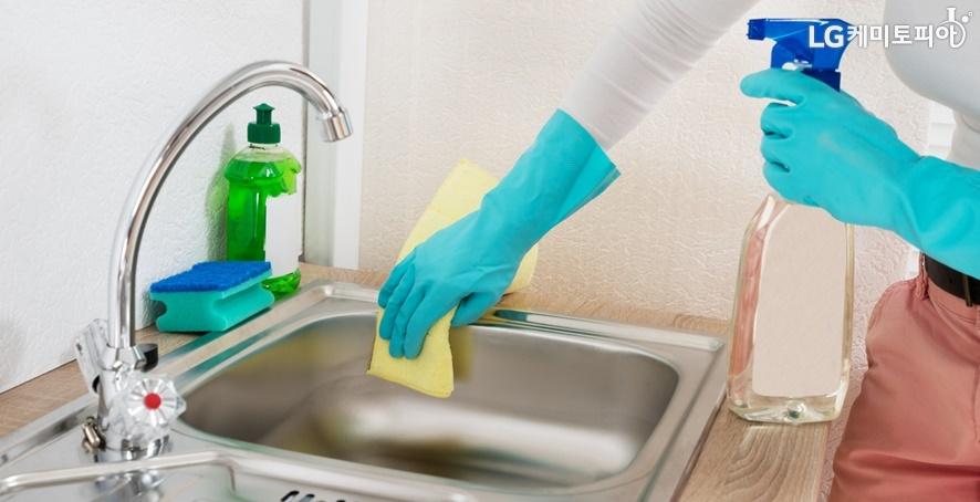 개수대를 깨끗이 청소하는 모습