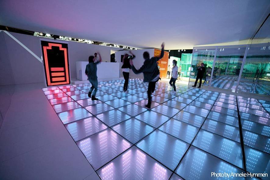 energy floors에서 신나게 뛰고 있는 사람들의 사진