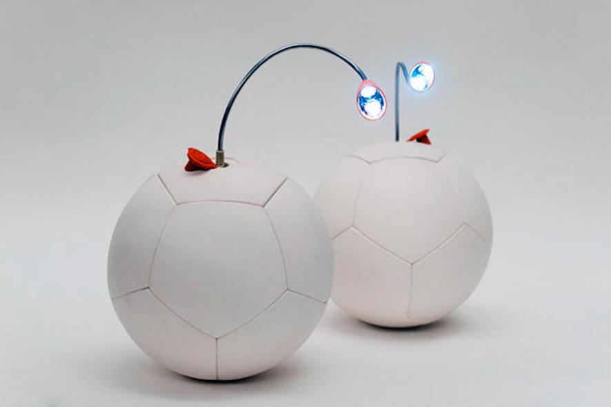 Soccket ball: 작은 공에 연결헤 빛을 뿜는 전구 사진