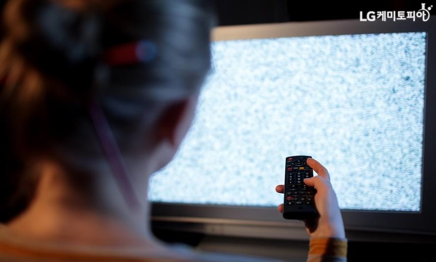 늦은 밤 TV를 보는 여자의 뒷모습