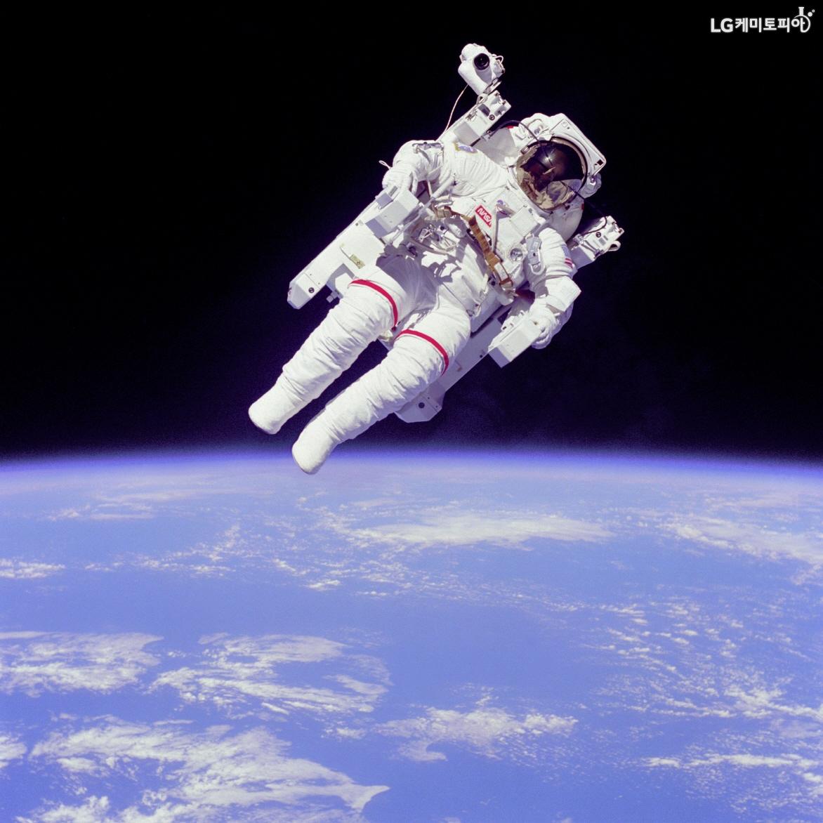 우주에 체류중인 우주비행사