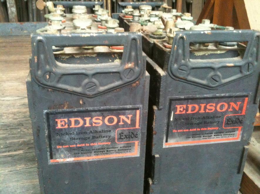 에디슨이 개발한 니켈-철 전지의 모습 'EDISON'이라 쓰여진 대형 전지 2개가 놓여 있다.