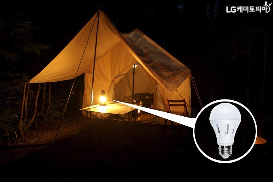어두운 텐트 속 테이블 위에 손전등과 같은 조명이 놓여 있다. 그리고 조명 확대컷에 LED 전구가 있다.