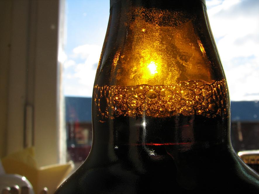 빛이 통과되면서 갈색빛을 띄는 맥주병 모습 (확대이미지)