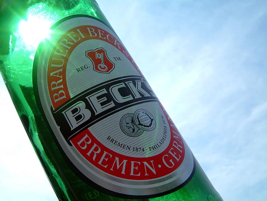빛이 통과되면서 초록빛을 띄는 맥주병 모습(확대 이미지)