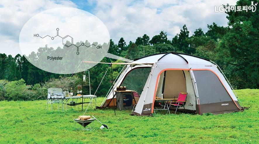 숲 속 넓은 잔디에 텐트 하나가 펼쳐져 있고 왼쪽 상단에 폴리에스터 원자구조 (분자)가 보인다.