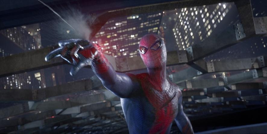 스파이더맨의 한 장면으로 손등에서 거미줄을 쏘고 있다.