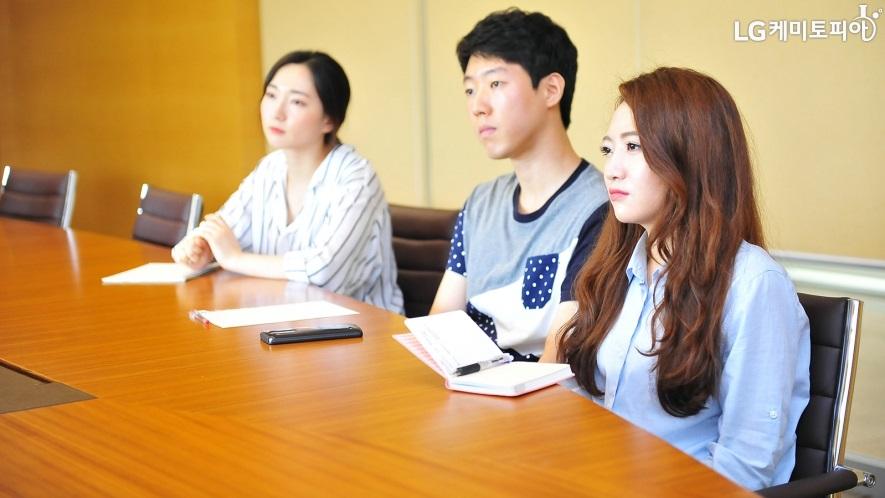 심용덕 차장님의 대답을 경청하는 대학생 에디터 3기 3인의 모습