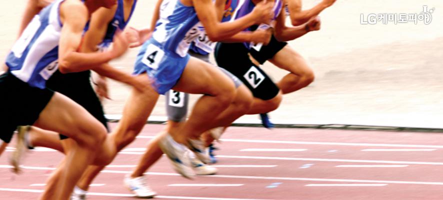 트렉 위에서 달리기를 하고 있는 육상 선수들