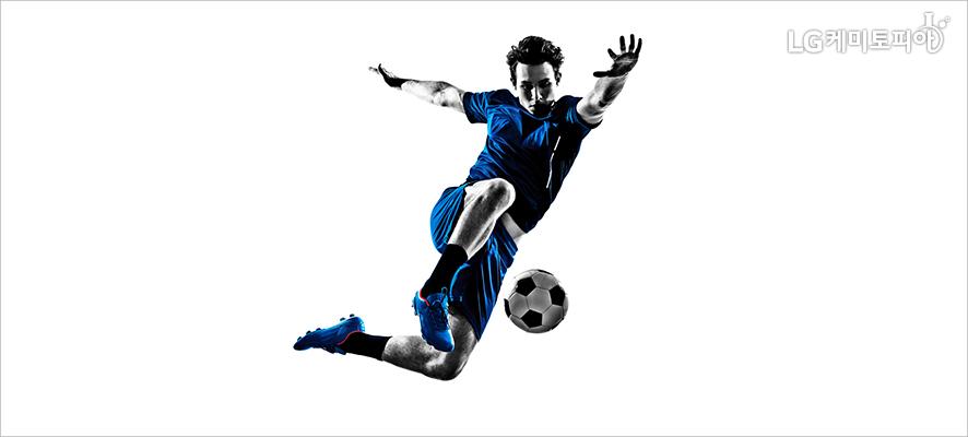 공중으로 점프하여 공을 차고 있는 축구 선수