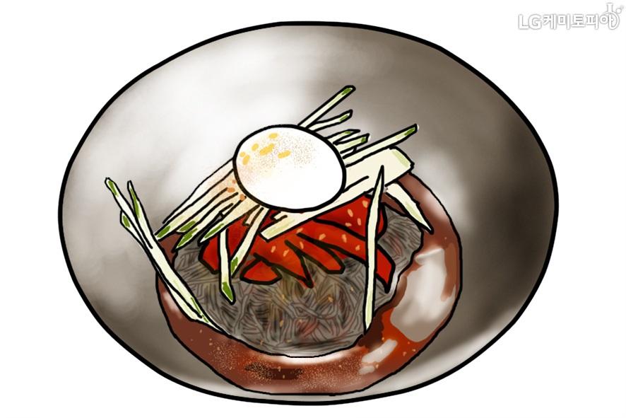 오이, 계란 고명과 붉은 소스가 올라가 있는 함흥냉면이 검정색 그릇에 담겨있다.(일러스트 그림)
