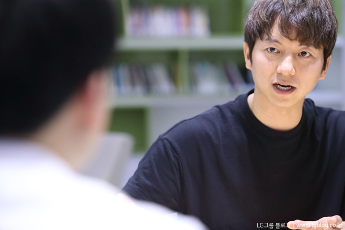 진지한 얼굴로 인터뷰에 임하고 있는 이정훈 과장