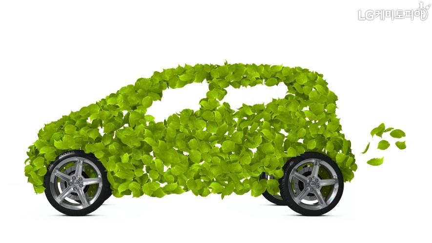 나뭇잎과 바퀴로 실제 전기 자동차의 모습을 표현했다.