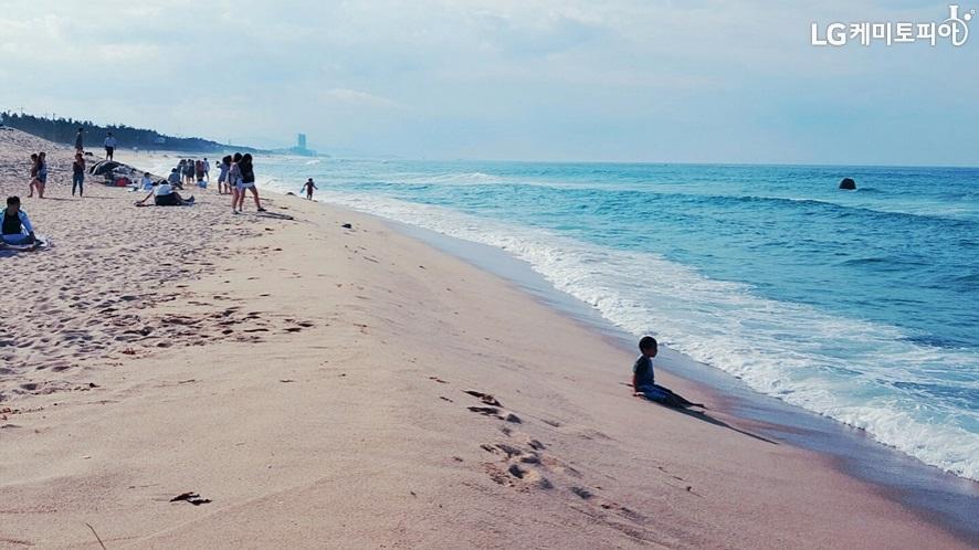 사람들로 붐비는 해변의 모습