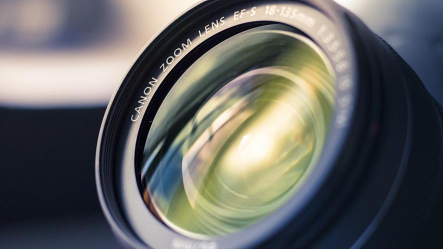 캐논 줌 렌즈를 클로즈업해서 보여주고 있다.