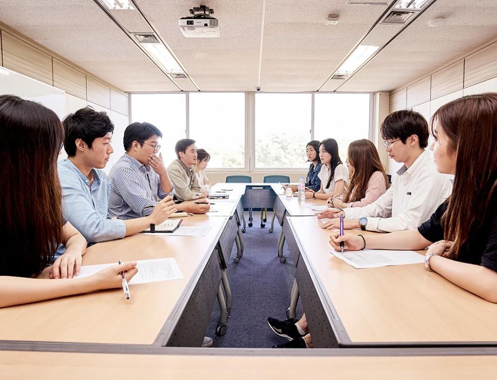 연수원 방 안의 테이블에 LG화학 여수공장 HR부서 선배들과 대학생 에디터 3기가 마주보고 앉아 있다.