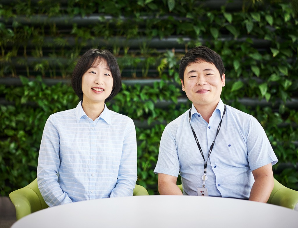 김태경 대리와 김우영 대리가 테이블에 나란히 앉아 있다.