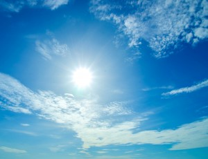 파란 하늘에 구름과 해가 떠있다.