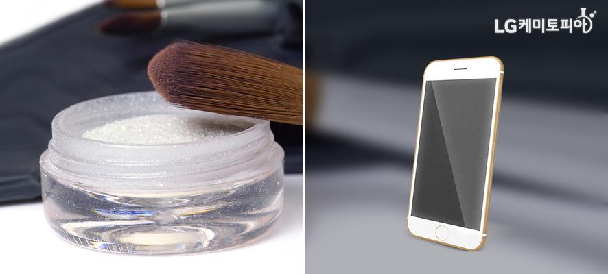 (좌)흰색의 반짝이는 펄이 작은 원통에 담겨있고 그 위에 붓이 놓여있다. (우)스마트폰이 세워져있다.